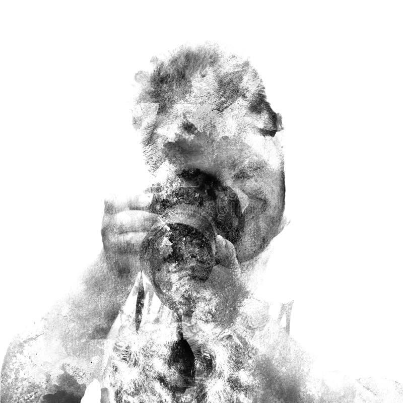 Fotografo maschio di doppia esposizione che esamina la macchina fotografica, siluetta in bianco e nero Maschera isolata su priori illustrazione di stock