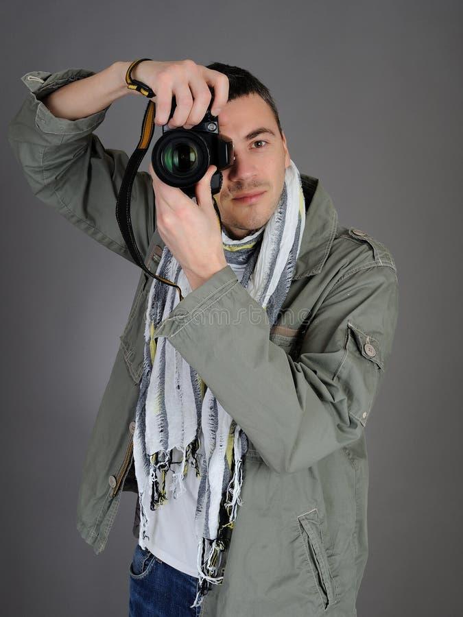 Fotografo maschio professionista che cattura maschera immagini stock
