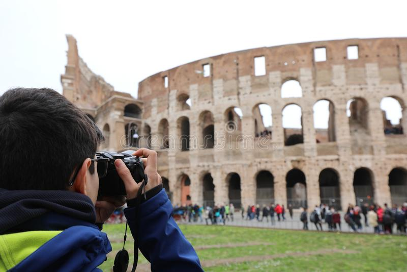 Fotografo mentre prendendo un'immagine al colosseum nell'inverno i fotografie stock