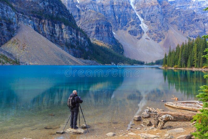 Fotografo nel lago moraine immagini stock libere da diritti