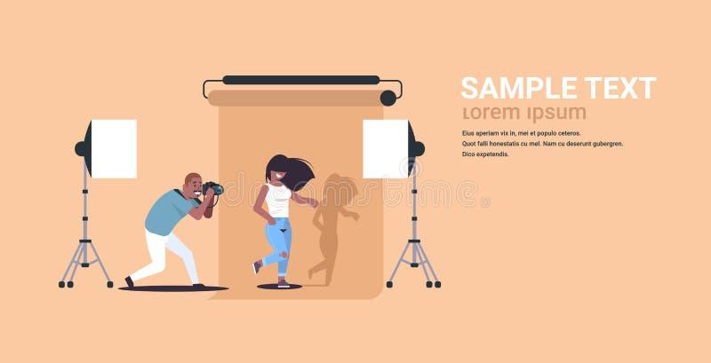 Fotografo professionista che usando il modello afroamericano sexy bello della donna della fucilazione dell'uomo della macchina fo illustrazione vettoriale