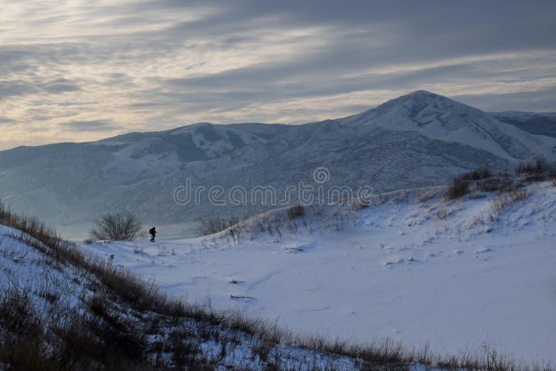 Fotografo a Sarykum barchan nell'inverno fotografia stock libera da diritti