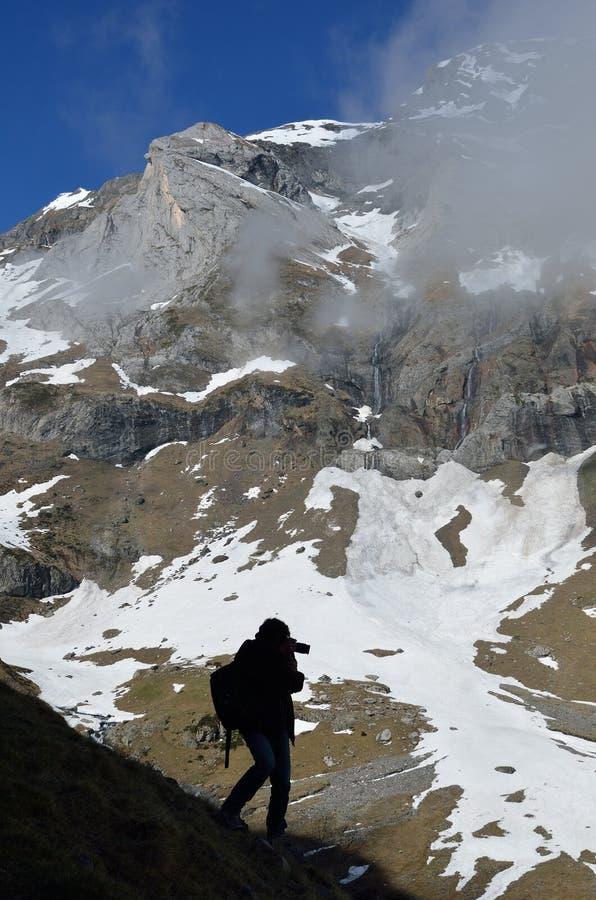 Fotografo sul pendio di montagna del cirque Troumouse immagini stock libere da diritti