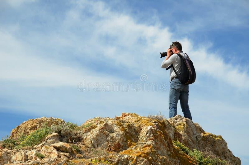 Fotografo sulla cima rocciosa fotografie stock libere da diritti
