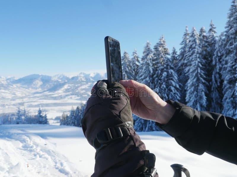 Fotografować zimy krajobrazowego smartphone zdjęcia royalty free