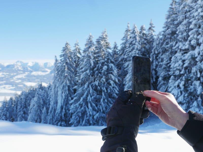 Fotografować zimy krajobrazowego smartphone obraz stock