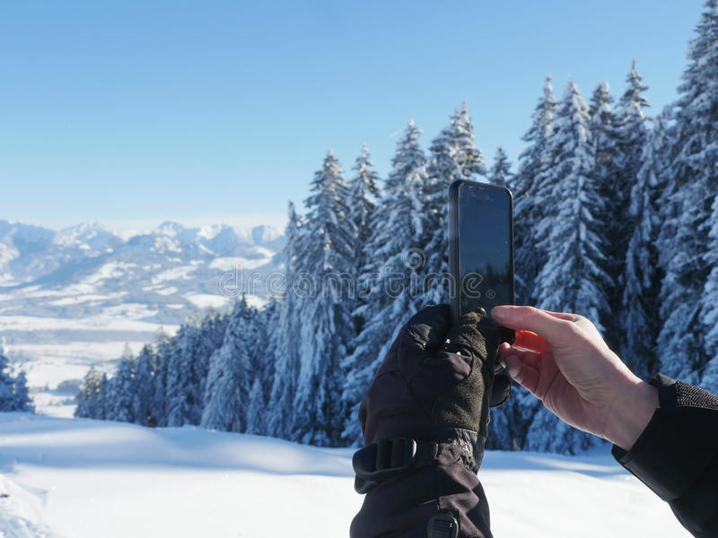 Fotografować zimy krajobrazowego smartphone zdjęcie royalty free