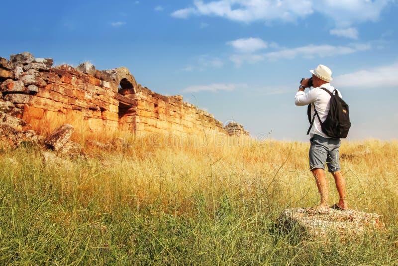 Fotografowa? przyci?gania m??czyzna fotografuje ruiny antyczny miasto Hierapolis indyk fotografia stock