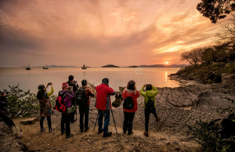 Fotografowie biorą Taihu zmierzch przy żółw głowy wysepki parkiem obraz stock