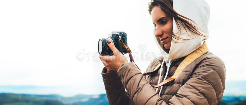 Fotografreisender auf die grüne Oberseite auf Berg, touristisches Schauen genießen panoramische Landschaft der Natur in der Reise lizenzfreie stockbilder