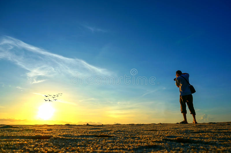 Fotografschießen nahe dem Strand wenn Sonnensteigen lizenzfreie stockfotos