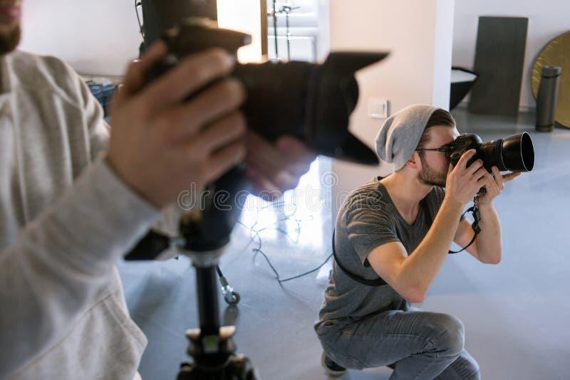 Fotografskytte på studiofotoperioden arkivbilder