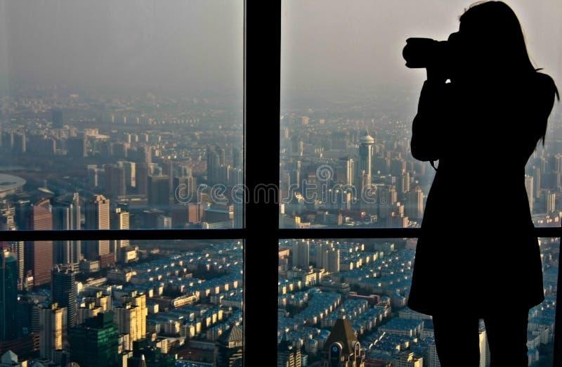 Fotografskytte uppe på Shanghai fotografering för bildbyråer