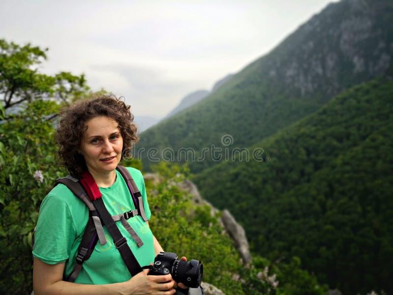 Fotografstående i bergen arkivfoto