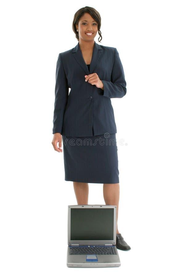 Fotographia di riserva: Donna di affari dietro il computer portatile aperto immagine stock libera da diritti
