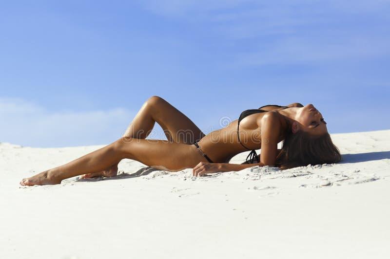 Fotographie einer schönen Frau auf dem Strand stockfotografie
