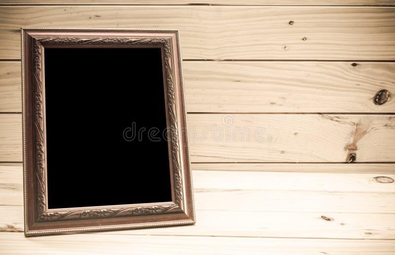 Fotokader op houten achtergrond - Uitstekende toon stock afbeeldingen