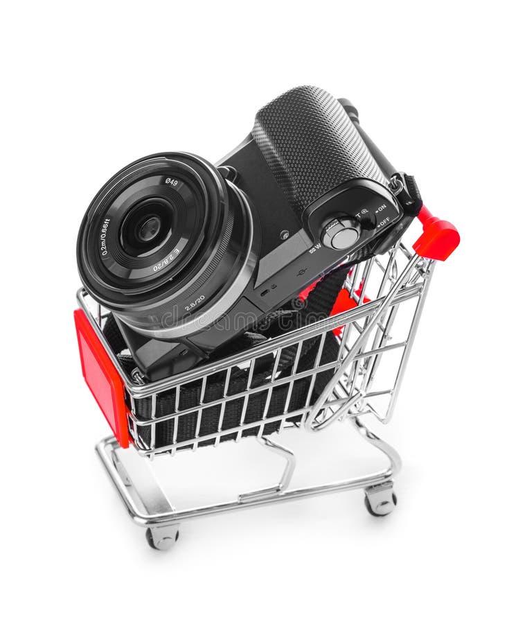 Fotokamera im Einkaufswagen stockfotografie