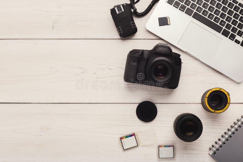 Fotokamera, lins och minneskort på datoren royaltyfri fotografi