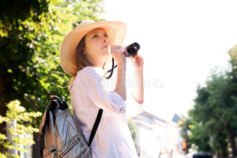 Fotokameraschießen-Straßenweiß der Mädchenfrauenhutsonnenweinlesekamerareise touristisches stockbild