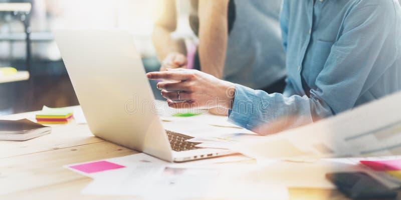 Fotomarknadsföringen analyserar lagmöte Ung affärsmanbesättning som arbetar med nytt startup projekt i studio Modern anteckningsb arkivfoto