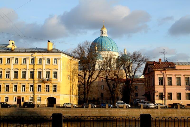 Fotomeningen van St. Petersburg op de kanaaldijk stock foto's