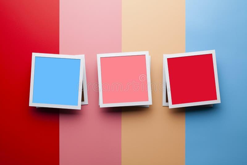 Fotomodellschablone - klassische Fotorahmen mit leerem Raum auf Pastellfarbhintergrund lizenzfreie stockfotos