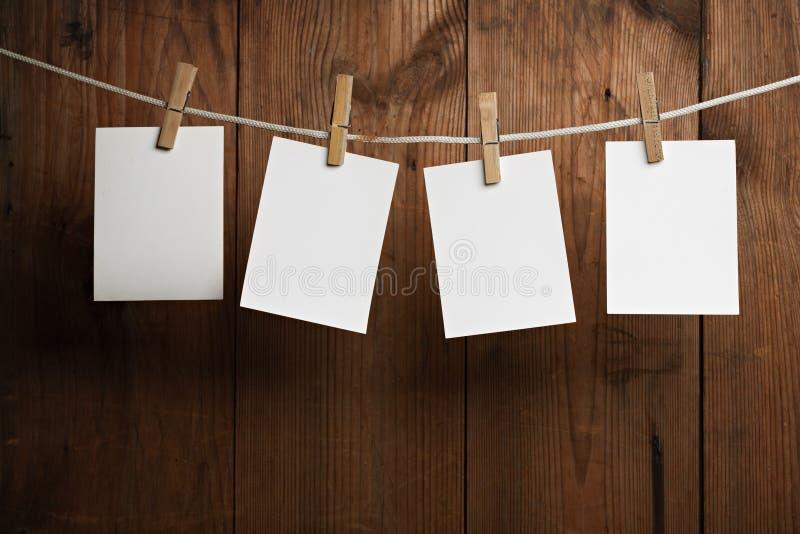 Fotopapierbefestigung rope mit Kleidungstiften stockfotografie
