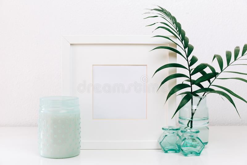 Fotorahmen mit Frühlingsblume Minimaler Spott oben stockfoto