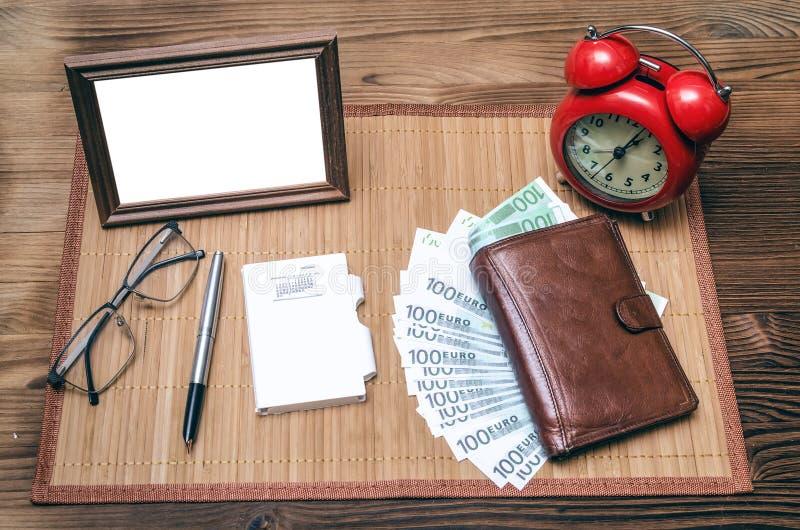 Fotoram med kopieringsutrymme och retro stilringklocka, plånbok med pengar royaltyfri bild
