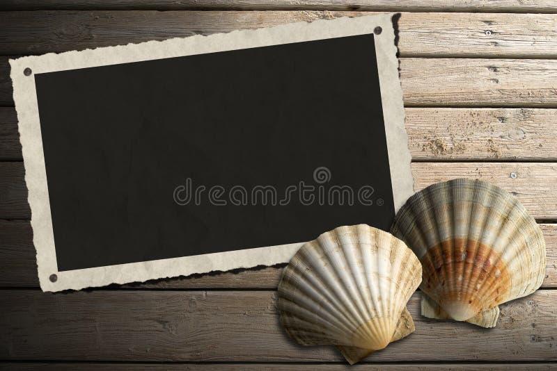 Fotoram på trästrandpromenad med sand royaltyfri illustrationer