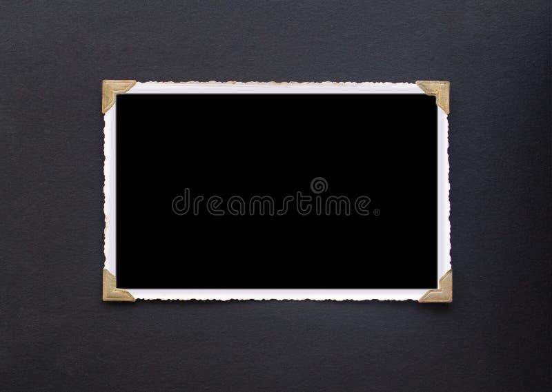 Fotoram - verkligt gammalt foto med svart tomt utrymme för kopieringspho arkivfoton