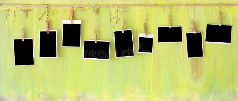 Fotoramar på den grungy väggen arkivbilder