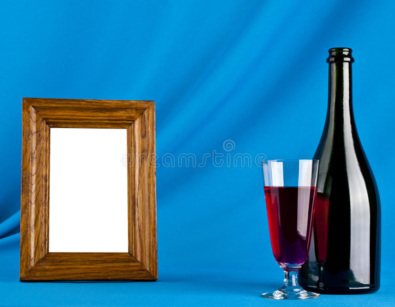 Fotoramka, vidro e garrafa do vinho foto de stock royalty free