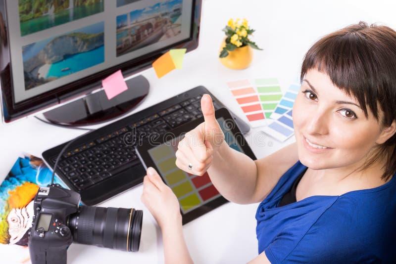 Fotoredacteur die aan computer werken. royalty-vrije stock foto's