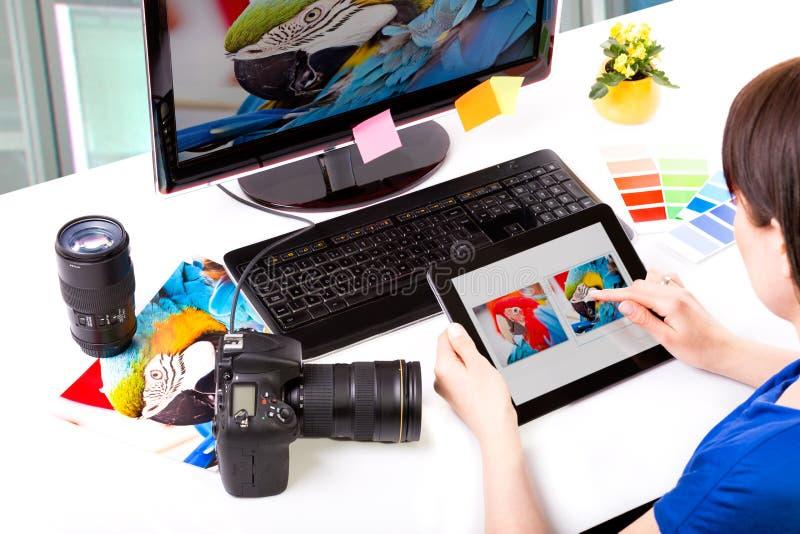 Fotoredacteur die aan computer werken royalty-vrije stock foto's