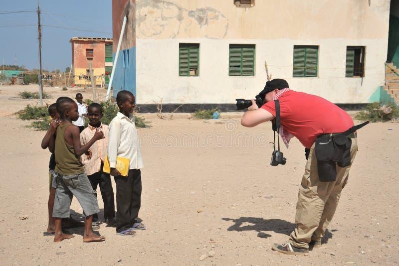Fotoreporter bierze Somalijskie chłopiec na zewnątrz Berbera. zdjęcia royalty free