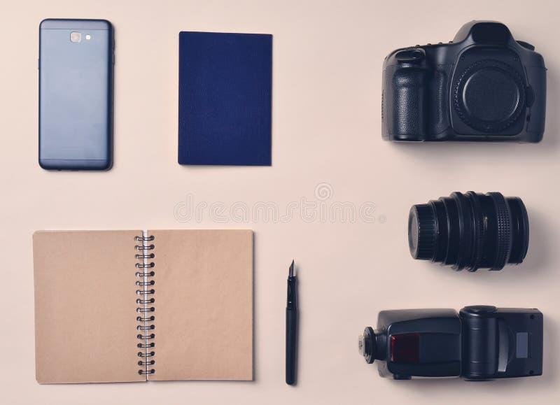Fotoreporter Smartphone, notatnik, paszport, kamera Podróż zdjęcia stock