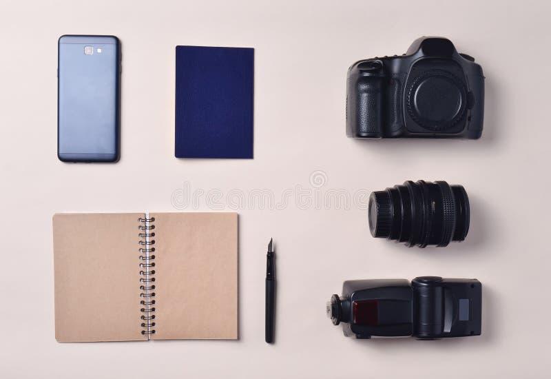 Fotoreporter Smartphone, notatnik, paszport, kamera Podróżuje pojęcie, odgórny widok, mieszkanie nieatutowy obraz royalty free