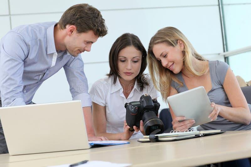 Fotoreporter som använder digitala apparater royaltyfri fotografi