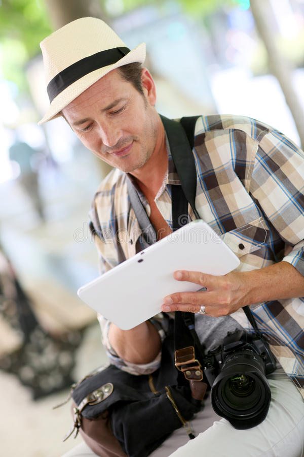 Fotoreporter som använder minnestavlan royaltyfri bild
