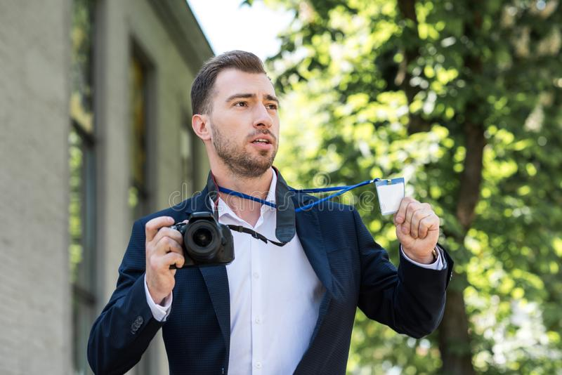fotoreporter w formalnej odzieży z cyfrową fotografii kamerą, prasą i obrazy royalty free