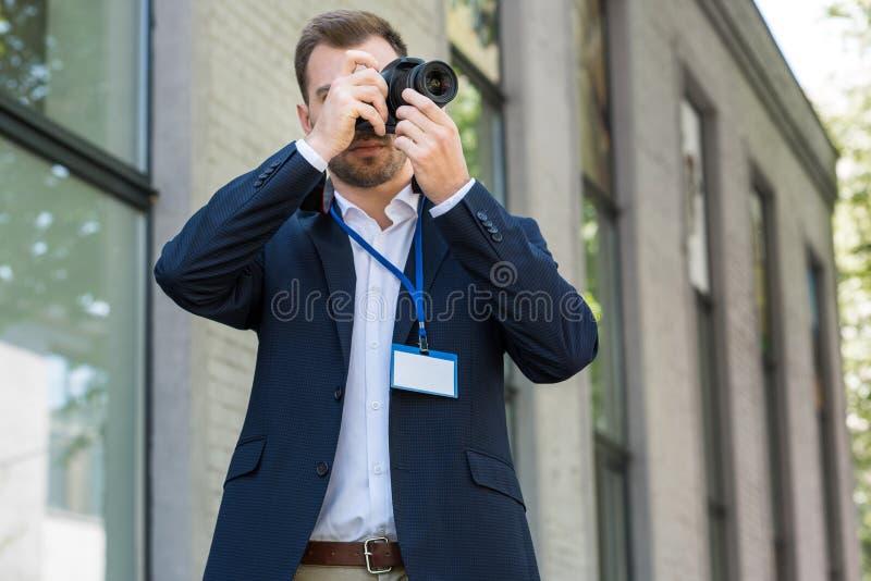 fotoreporter w formalnej odzieży z prasową przepustką obrazy stock
