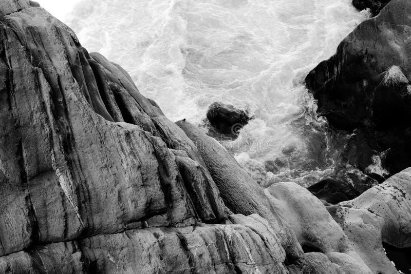 Fotos blancos y negros de la roca y del agua foto de archivo