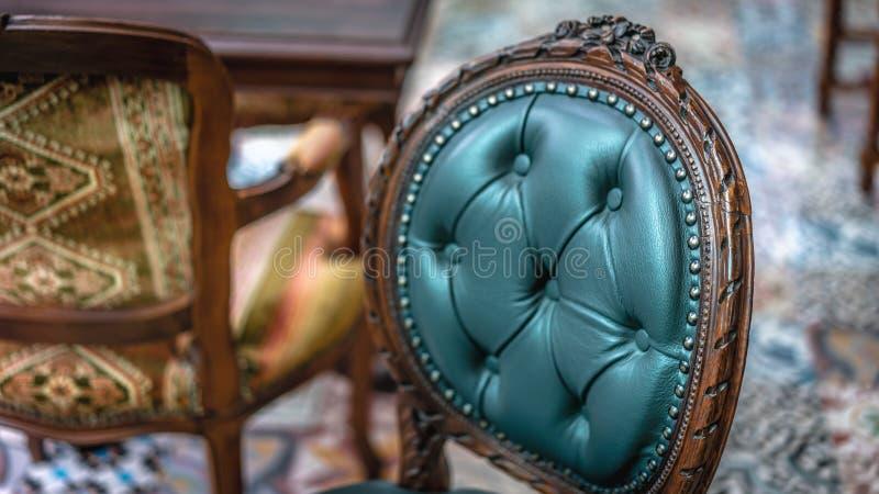 Fotos clásicas de los muebles de la sala de estar de la silla suave del amortiguador del vintage imágenes de archivo libres de regalías