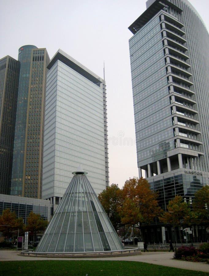 Fotos com concepção arquitetónica do fundo da paisagem de arranha-céus e da entrada do metro imagem de stock