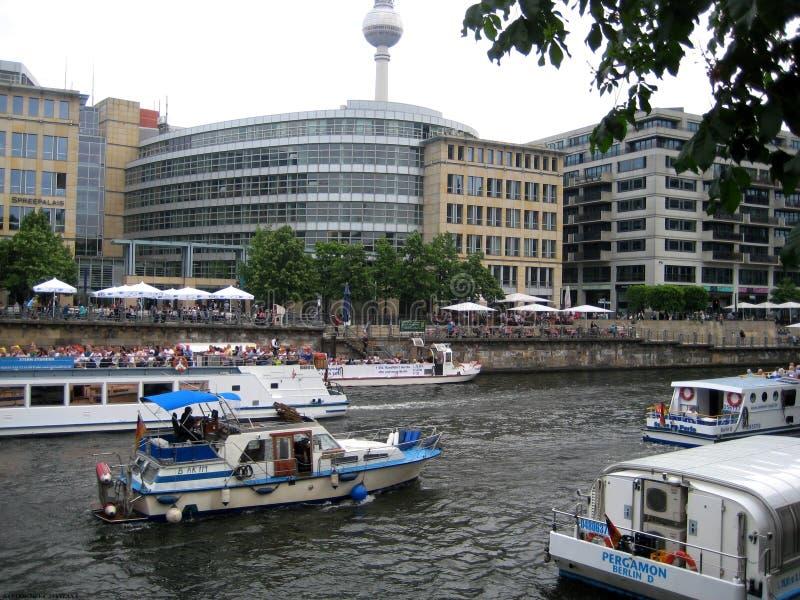 Fotos com grupos de temporada de verão dos turistas e dos veraneantes nos navios de cruzeiros e nos táxis do rio na série do rio fotografia de stock