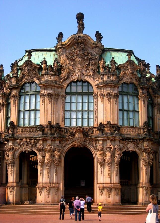 Fotos com o Zwinger complexo histórico e arquitetónico do palácio de verão do fundo da paisagem fotografia de stock