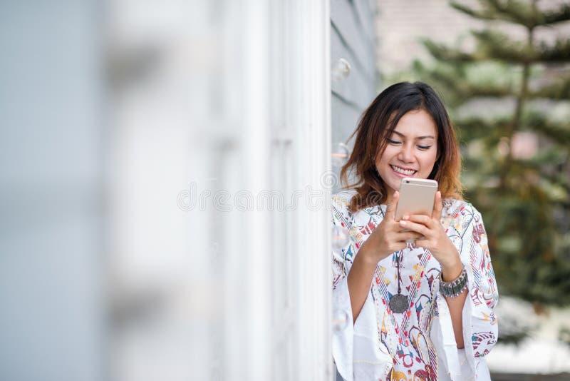 Fotos da mulher asiática que olham o telefone fotografia de stock royalty free