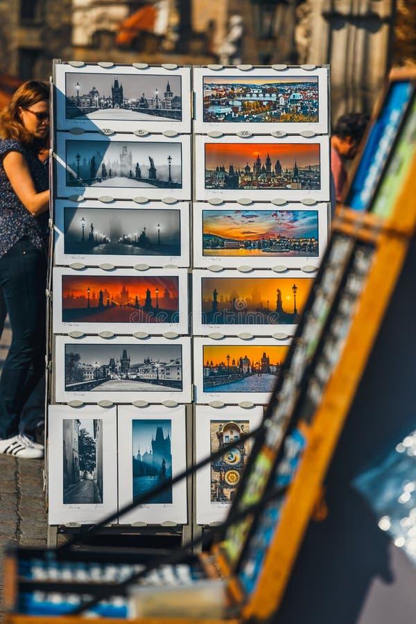 Fotos de Charles Bridge, que puede ser comprado para el recuerdo, en el soporte de la ubicación foto de archivo libre de regalías